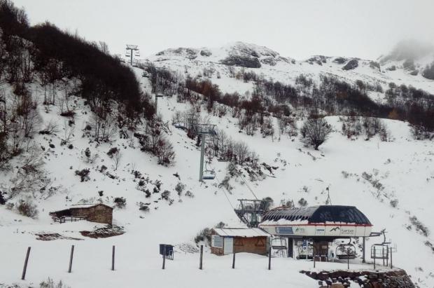 Pajares y Fuentes de Invierno esperan un metro de nieve pero confirman la apertura en el viernes 29