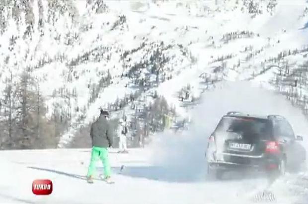 Un Mercedes contra un freerider bajando una pista roja en Isola 2000