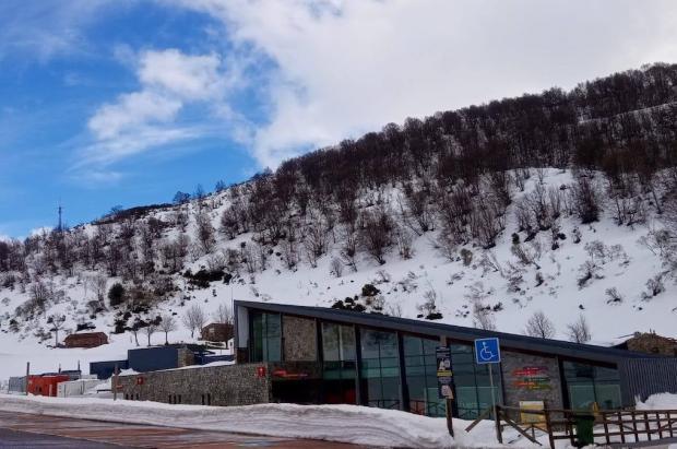 Las estaciones asturianas suben precios y recortan la temporada, lo que indigna a los usuarios