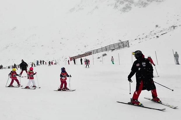 Las estaciones de esquí asturianas resisten el fin de semana a pesar del viento y la nieve