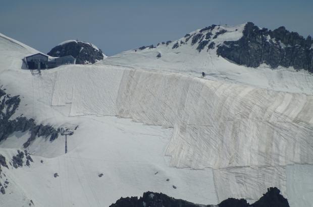 Las lonas vuelven a cubrir el glaciar de Presena para protegerlo del sol y conservar la nieve