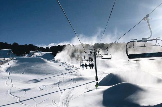 Las estaciones andorranas recibieron unos 14.300 esquiadores en su primer fin de semana