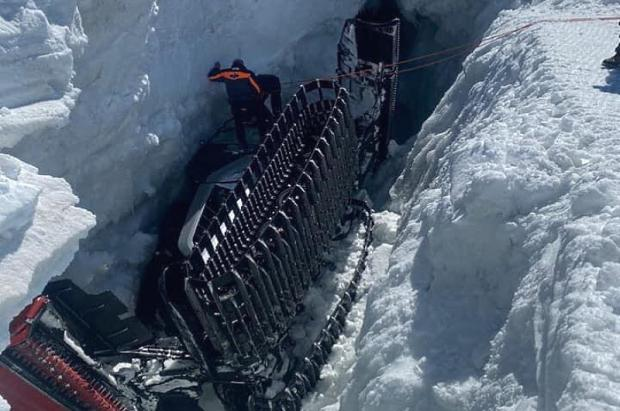 Una máquina pisapistas engullida por una grieta en Zermatt