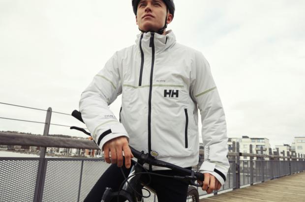 Helly Hansen Lumines, la chaqueta con luz propia para moverte por la ciudad con dos ruedas