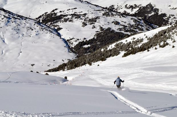 Con más de 700 kilómetros repartidos en la 16 estaciones, los Pirineos de Cataluña cuentan con instalaciones y pistas adaptadas y accesibles para que todo tipo de personas puedan disfrutar del placer de esquiar sin ningún tipo de barreras.