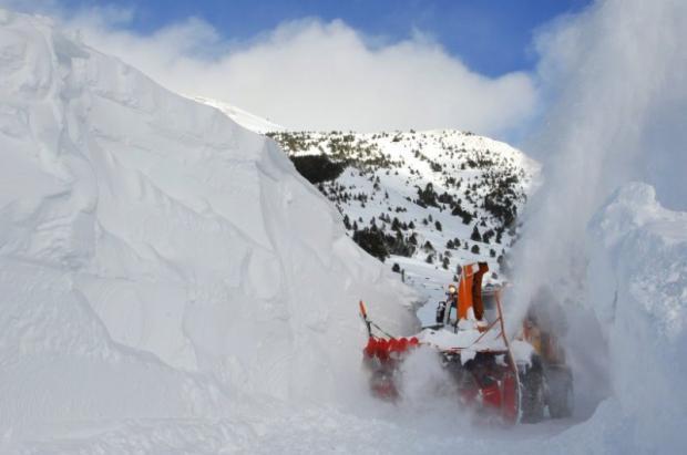Atención! Grandes máquinas quitanieves trabajando, 6 metros de nieve acumulada