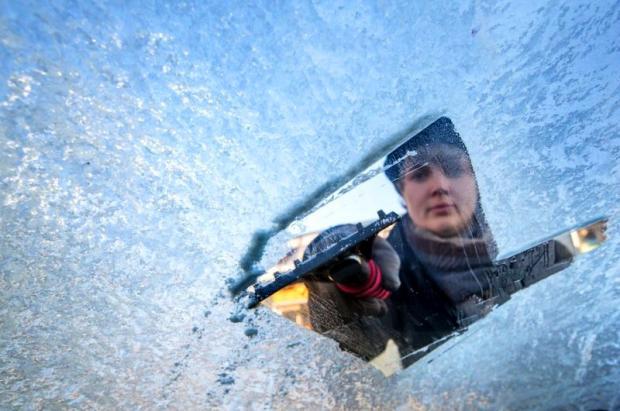 ¿Cómo quitar el hielo del parabrisas del coche?