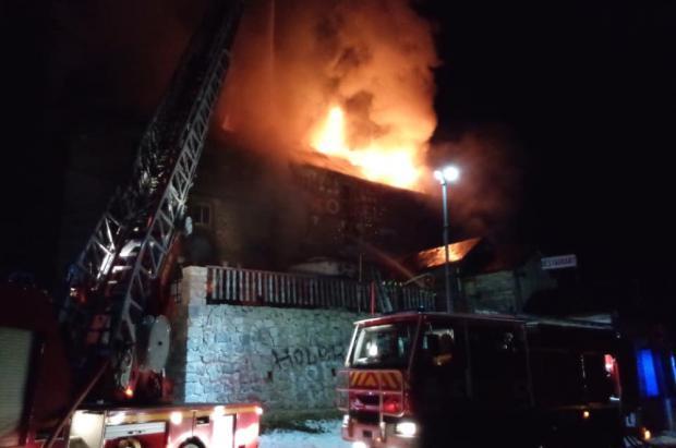 Un incendio devora el Hotel du Col, en el Puerto de Puymorens