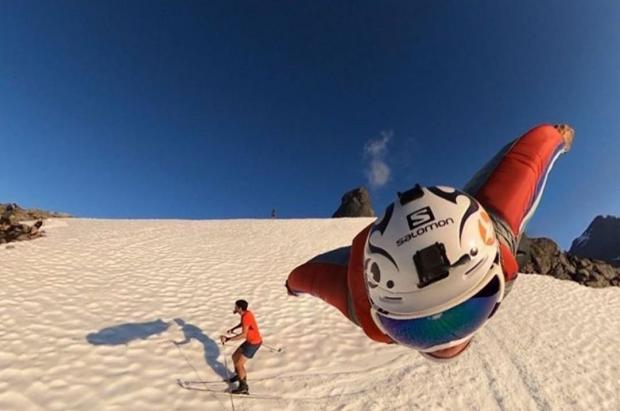 Un hombre pájaro se cruza con Kilian Jornet en plena bajada esquiando