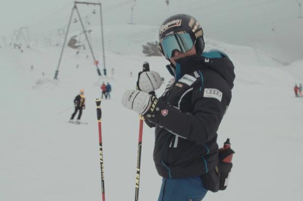 Lara Gut ya sonríe y su rodilla también, después de calzarse los esquís en Zermatt