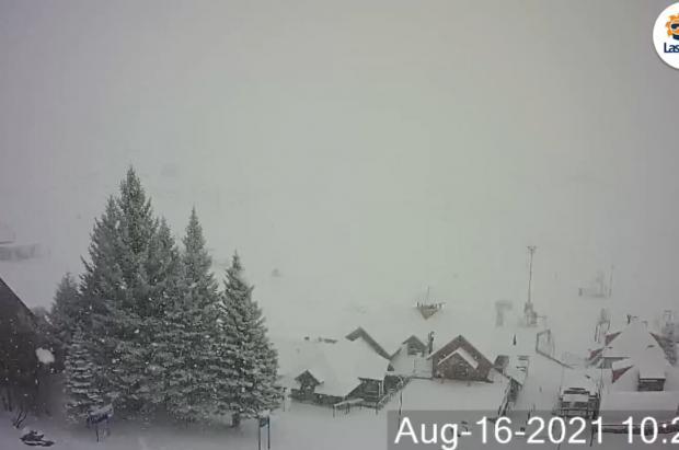 Cae un paquetón de nieve en Las Leñas, que comunica que no abrirá, pero pisa las pistas