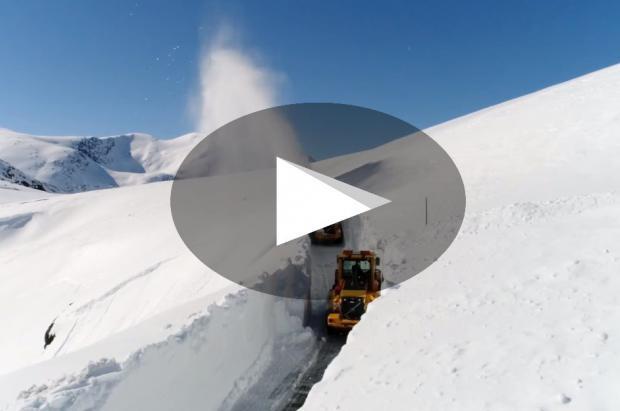 Titánico trabajo de limpieza de la carretera noruega de Trollstigen a vista de dron