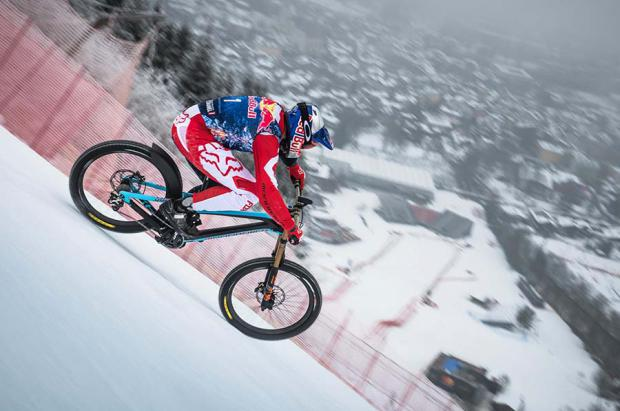 """El ciclista extremo """"Max"""" Stöckl desciende por una de las pistas de esquí más difíciles del mundo"""