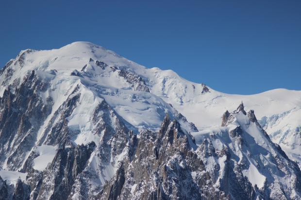 Un avión aterriza en el Mont Blanc para que sus dos pasajeros puedan subir a la cima
