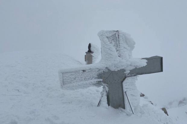 La cruz y la virgen del Aneto esperan al verano cubiertas de nieve