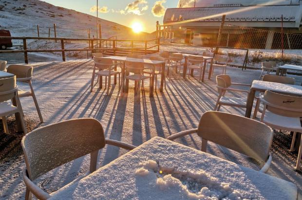 No hay dos sin tres: la buena nevada de esta noche en imágenes y vídeos