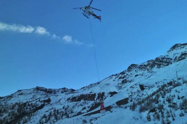 Ante la falta de nieve, algunas estaciones la transportaron a sus pistas en helicóptero