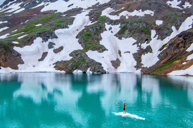 Vídeo: se sube a un iceberg y lo utiliza como tabla de paddle en un lago de Colorado