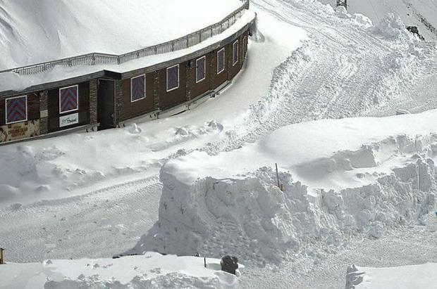 Passo Stelvio retrasa el inicio de temporada de esquí por exceso de nieve