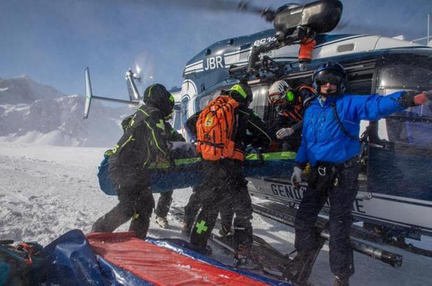 Rescatan dos esquiadores de montaña en los Alpes a pesar del coronavirus, uno de ellos fallece