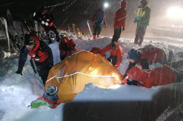 Milagroso rescate de un esquiador que estuvo 5 horas sepultado bajo una avalancha en Austria