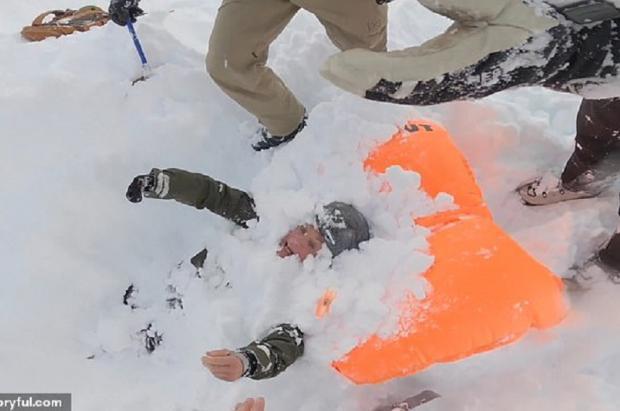 Angustioso rescate en vídeo de una snowboarder enterrada por una avalancha en Verbier