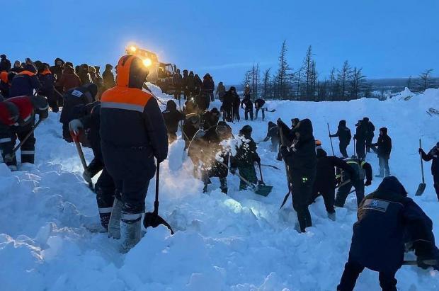 Dos adultos y un bebé muertos en una avalancha que sepulta una estación de esquí rusa en Norilsk