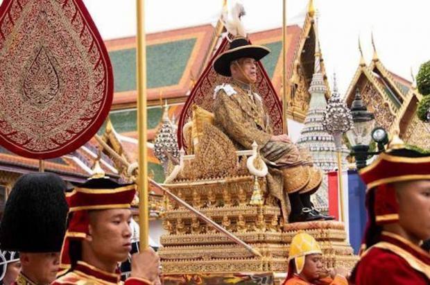 El rey de Tailandia se confina con sus 20 concubinas en un hotel de lujo en los Alpes