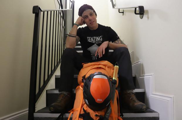 """En pleno confinamiento un alpinista británico """"sube"""" al Everest en su propia casa"""