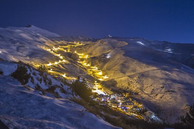 Sierra Nevada inaugura el esquí nocturno y abre la zona de Loma del Dilar para el Puente
