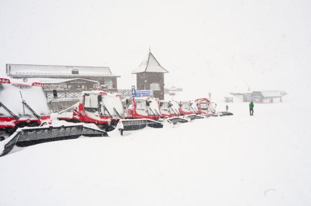 Sierra Nevada empieza a pisar los 40 cm de nieve recién caídos para su apertura este sábado