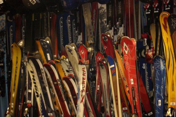 Detenido un ex concejal de Aspen por robar 2,4 millones de dólares en esquís y snowboards