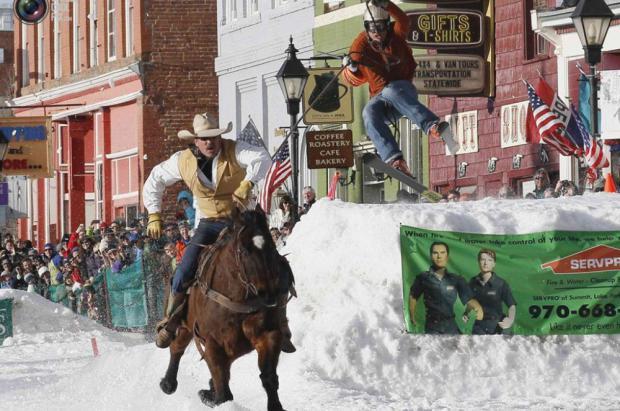 ¿Un esquiador tirado por un caballo y haciendo saltos de esquí? Sólo en Estados Unidos