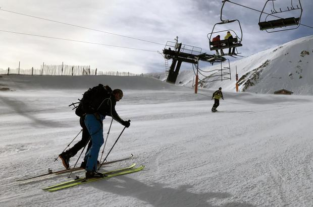 ¿Qué dicen las normas FIS sobre los 'skimos' que suben por las pistas y otros casos?