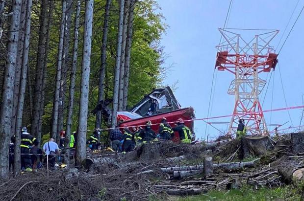 3 sospechosos a prisión por desactivar el freno del teleférico que causó 14 muertos en Italia