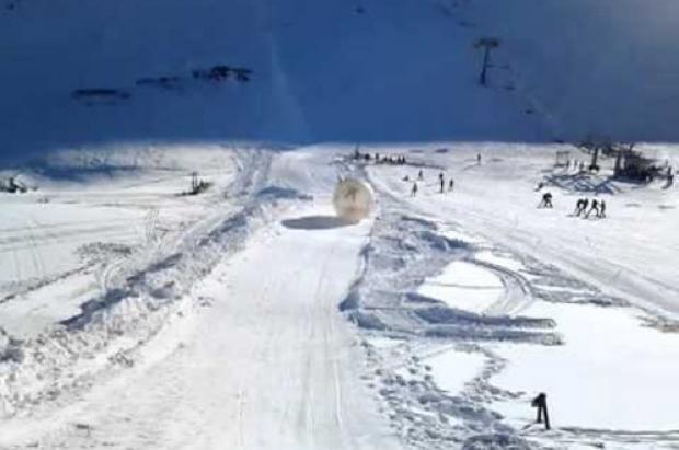 Muere tras rodar montaña abajo en una bola de plástico en Rusia