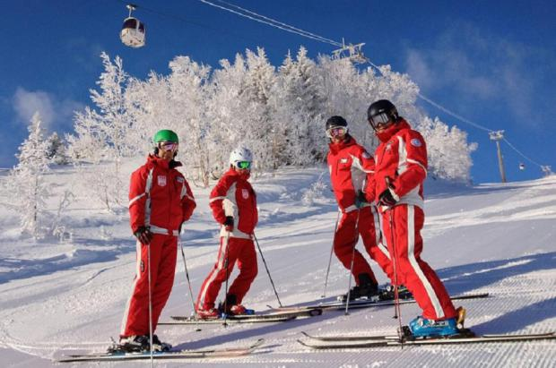 Las estaciones de Japón buscan a la desesperada profesores de esquí y snowboard
