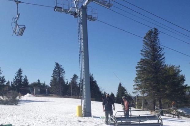 Cae una silla con tres esquiadores en Camelback Resort, en Pensilvania