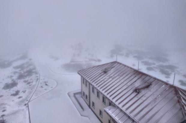 Una buena nevada cubre el Teide en medio del estado de alarma