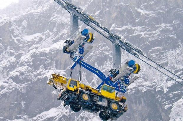 Suiza ensaya con teleféricos para llevar maquinaria pesada a trabajar a lo alto de las montañas