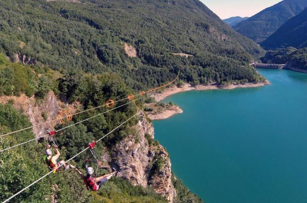 La Tirolina doble del valle Tena ofrece este fin de semana saltos embrujados a la luz de la luna