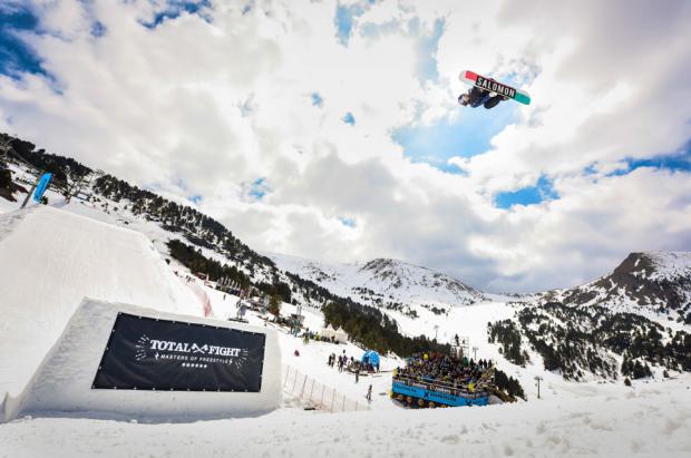 Judd Henkes y Yuka Fujimori lideran la sesión de clasificación del Grandvalira Total Fight snowboard