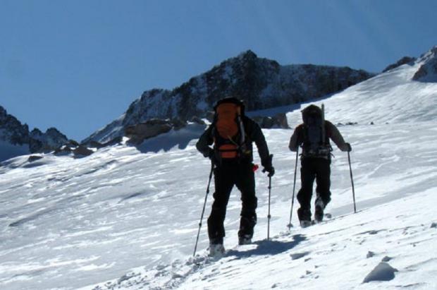 Dos esquiadores de montaña atrapados por el viento y la nieve cerca de Astún