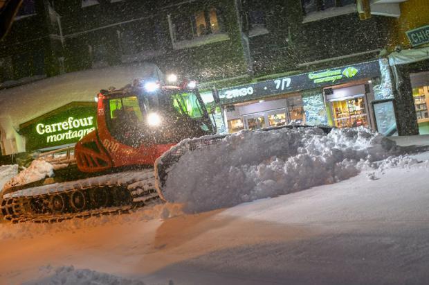 Los Alpes franceses en alerta máxima, grandes nevadas obligan a cerrar estaciones y confinar a la gente