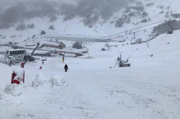Los trabajadores denuncian que Valgrande-Pajares tiene nieve y no abre por dejadez del Gobierno