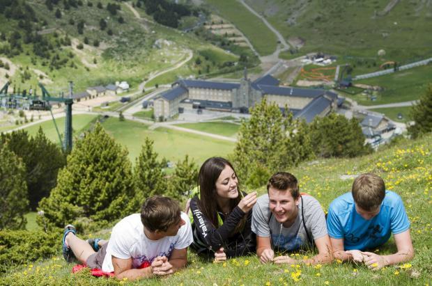 Vive el verano más intenso de los Pirineos en las estaciones de montaña de Ferrocarrils