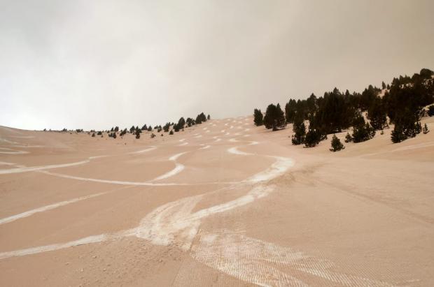 Fotos y vídeos: Las impactantes imágenes del Pirineo marrón por el polvo del Sáhara
