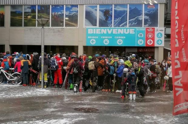 Verbier corrige las largas colas que se formaron el día de apertura de las estaciones de esquí suizas