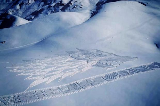 """El gigantesco Lobo Huargo de Lord Simon """"Snow"""" aparece en la estación francesa de Les Arcs"""