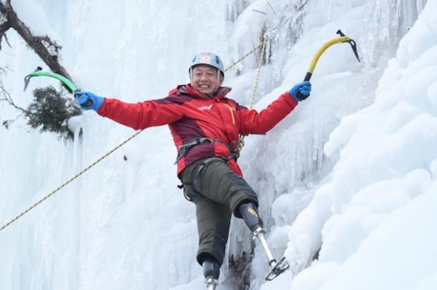 El alpinista chino amputado de las dos piernas y de 70 años conquista la cima del Everest